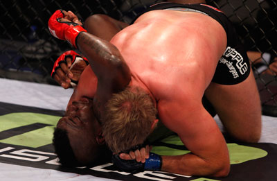 Barnett beendet den Kampf mit dem Side Choke