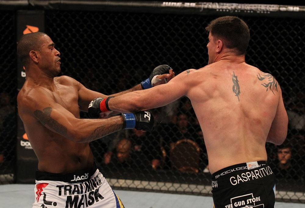 Santiago wird von Stanns linker Faust getroffen (Foto via UFC.com)