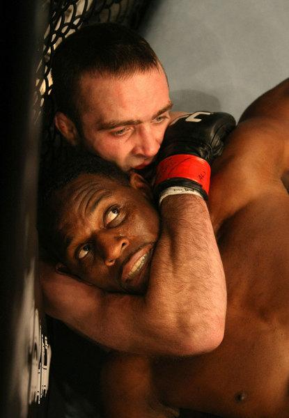 UFC 125: McKee (oben) wurde von Voelkman (unten) auf dem Boden kontrolliert (Foto via Zuffa LLC)