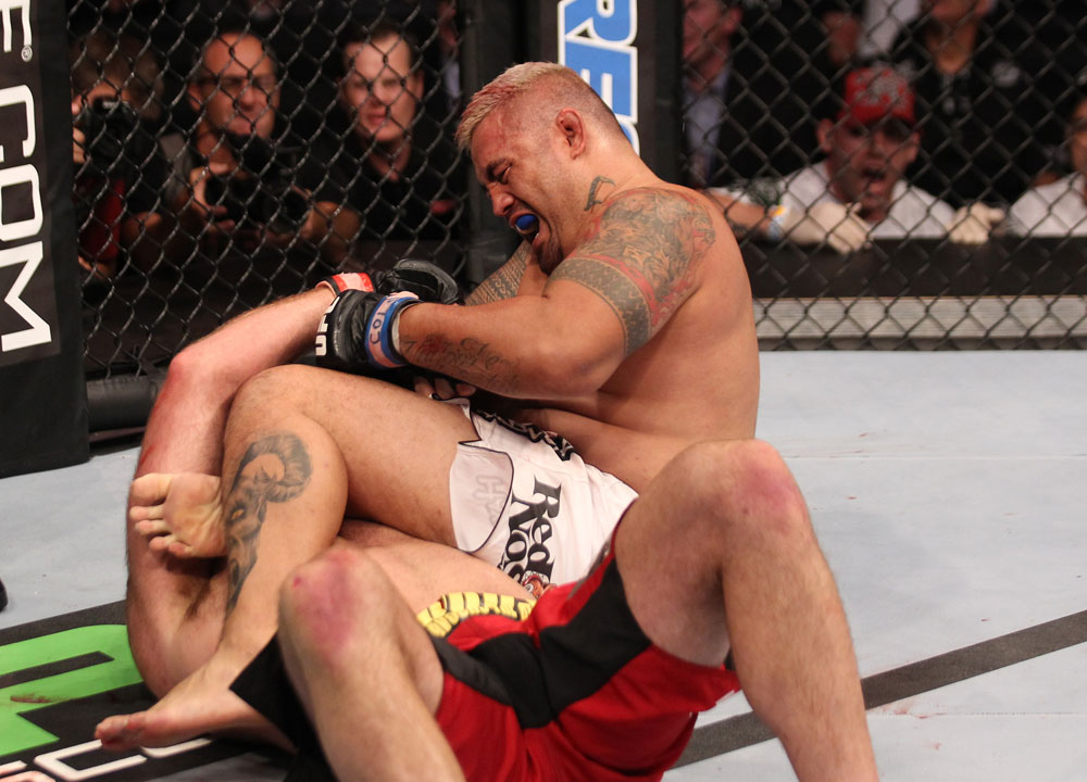 Hunt mit dem Armbar Versuch (Foto via UFC.com)