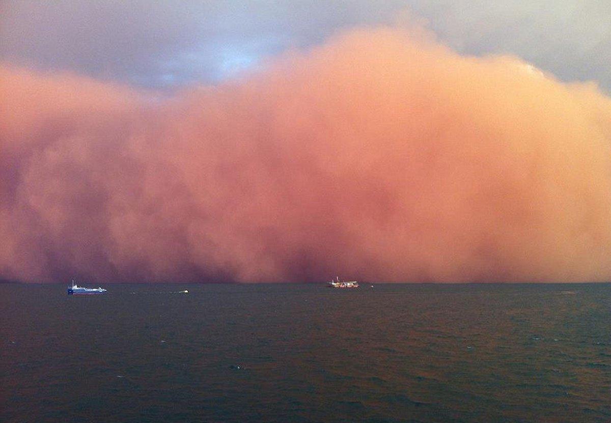 Czerwona burza piaskowa 1