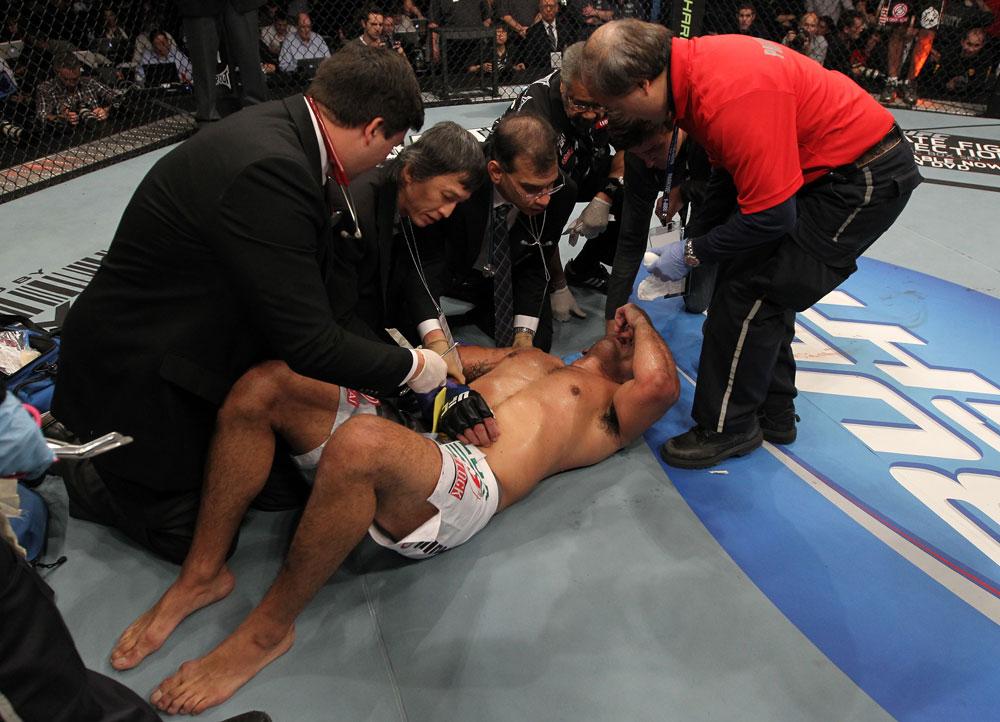 Nogueira benötigte ärztliche Versorgung. (Foto: UFC.com)