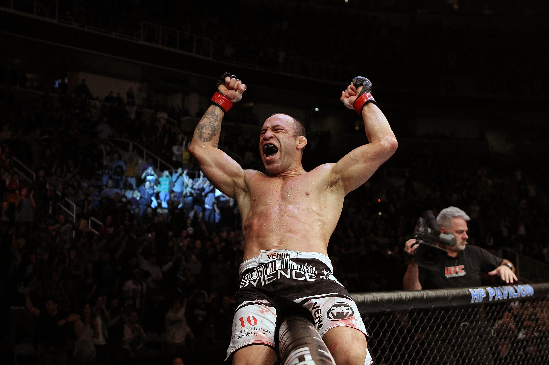 Silva feiert seinen Sieg. (Foto via UFC.com)