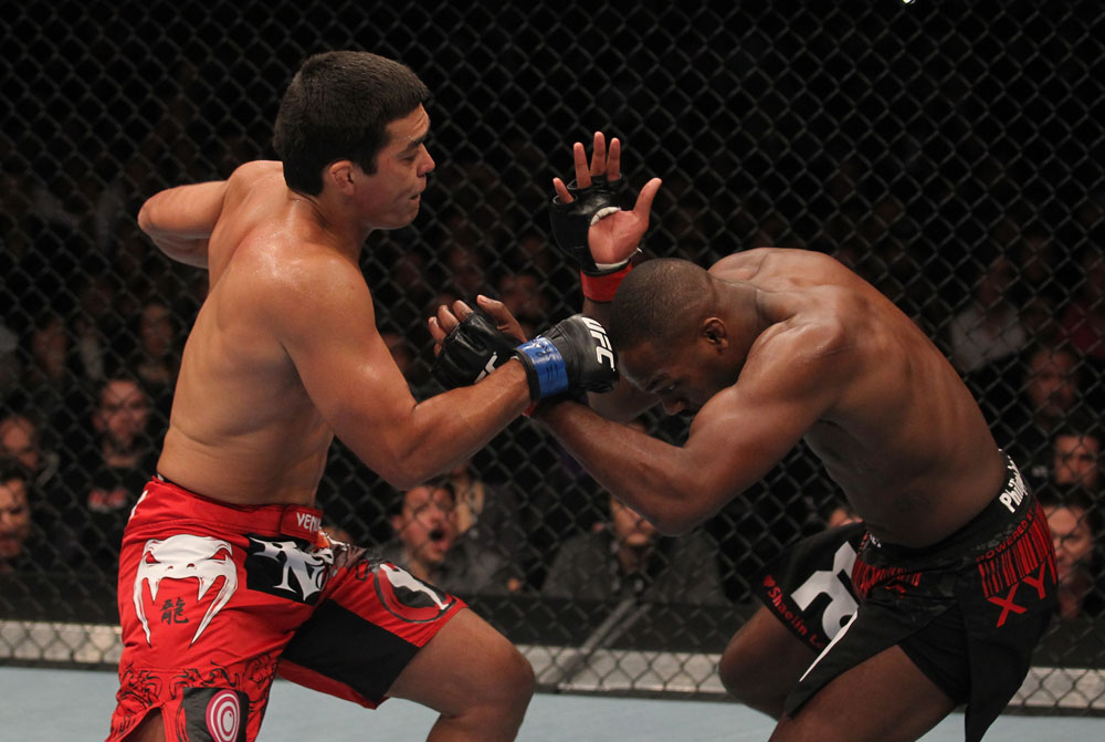 Machida bedrängt Jones. (Foto: UFC.com)