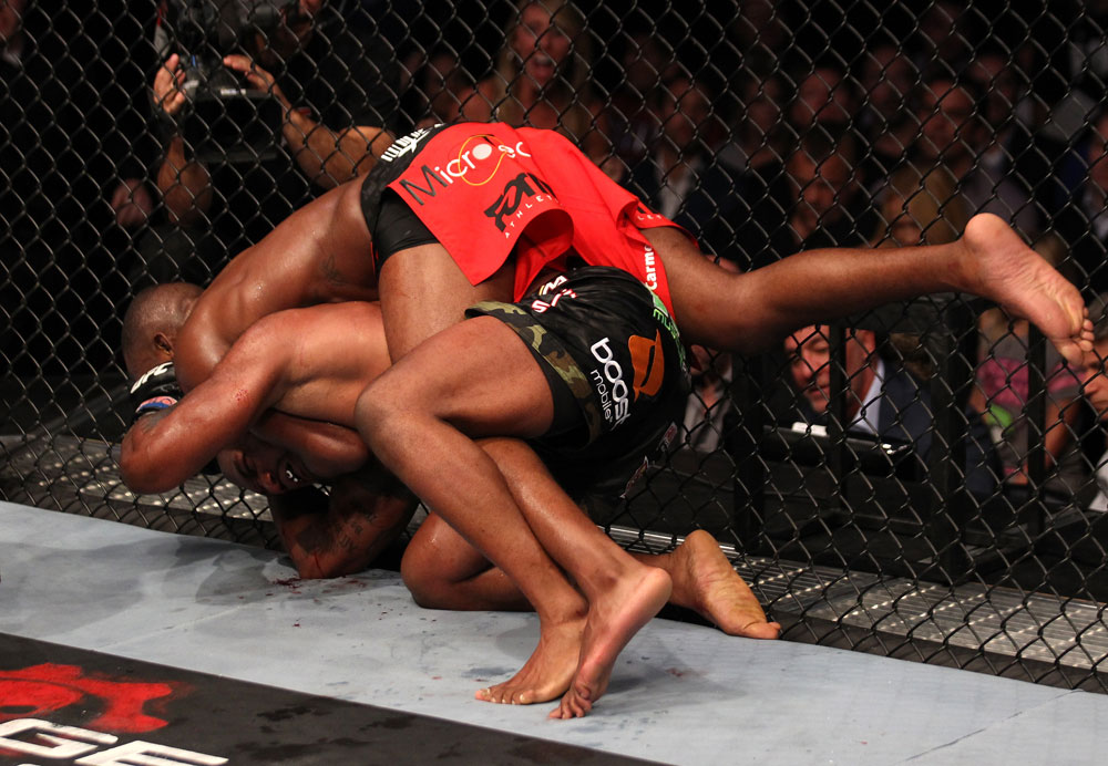 Jones setzt den Rear-Naked Choke an (Foto via UFC.com)
