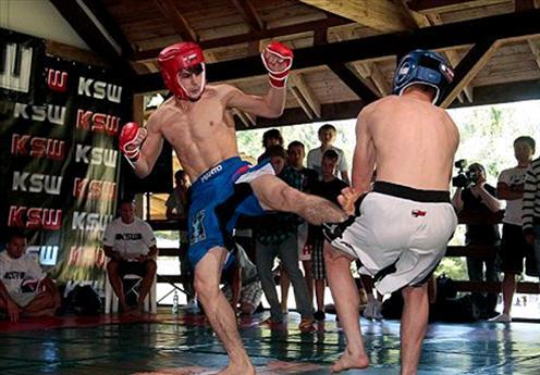 Anzor Azhiev bei einem seiner Amateur-MMA Duelle. (Foto: przegladsportowy.pl)