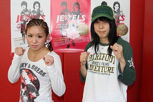 "Mai (l.) vs. Miyako ""Smile"" Mitsuhori (r.) (Foto via kakutoh-blog.com)"