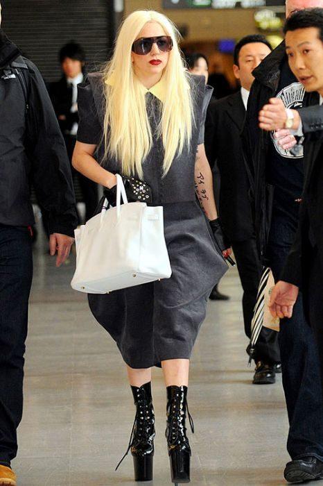 Lady Gaga i jej dziwne stroje 8
