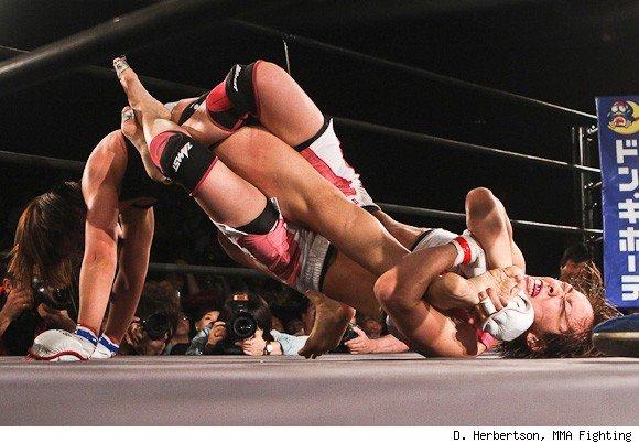 Nagano (links) befreit sich aus Fujiiis (unten) Toe Hold (Foto via D.Herbertson/MMA Fighting)