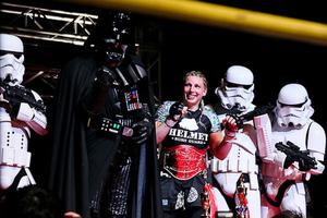 Lucas feiert nach dem DEEP-Titelgewinn mit den Star Wars Charakteren ihres Vaters. (Foto: Taro Irei/Sherdog)