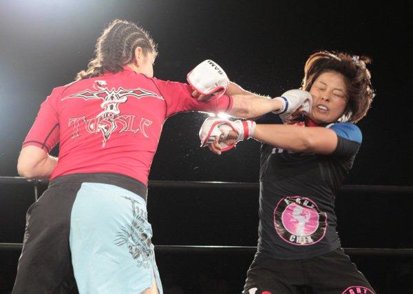 Modaferri trifft Akano im Stehen (Foto via facebook.com/roxanne.modafferi)