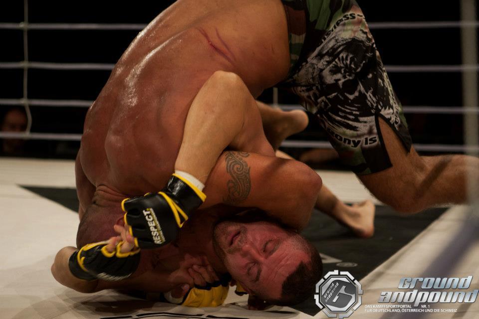 Auf dem Boden hielt Barjamaj gegen Stefan durch. (Foto: Franz Schwerdtmann/GroundandPound)