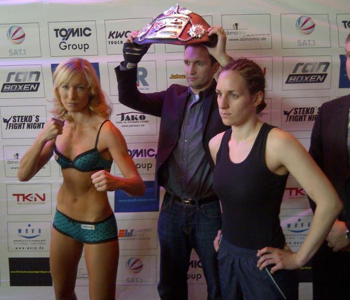 Dr. Christine Theiss (l.) und Olja Zerajic (r.) nach dem Wiegen. (Foto: Christine Theiss Facebook/Kampfsportzentrum Steko)