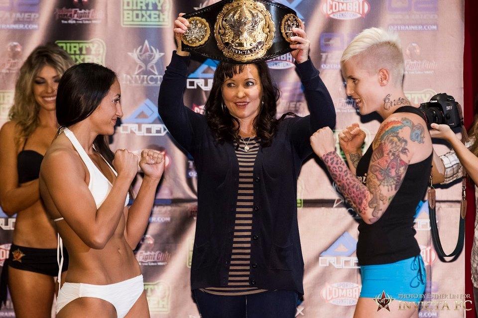 Der Titelkampf im Papiergewicht: Carla Esparza (l.) vs. Bec Hyatt (r.) (Foto: Esther Lin/Invicta Fc)