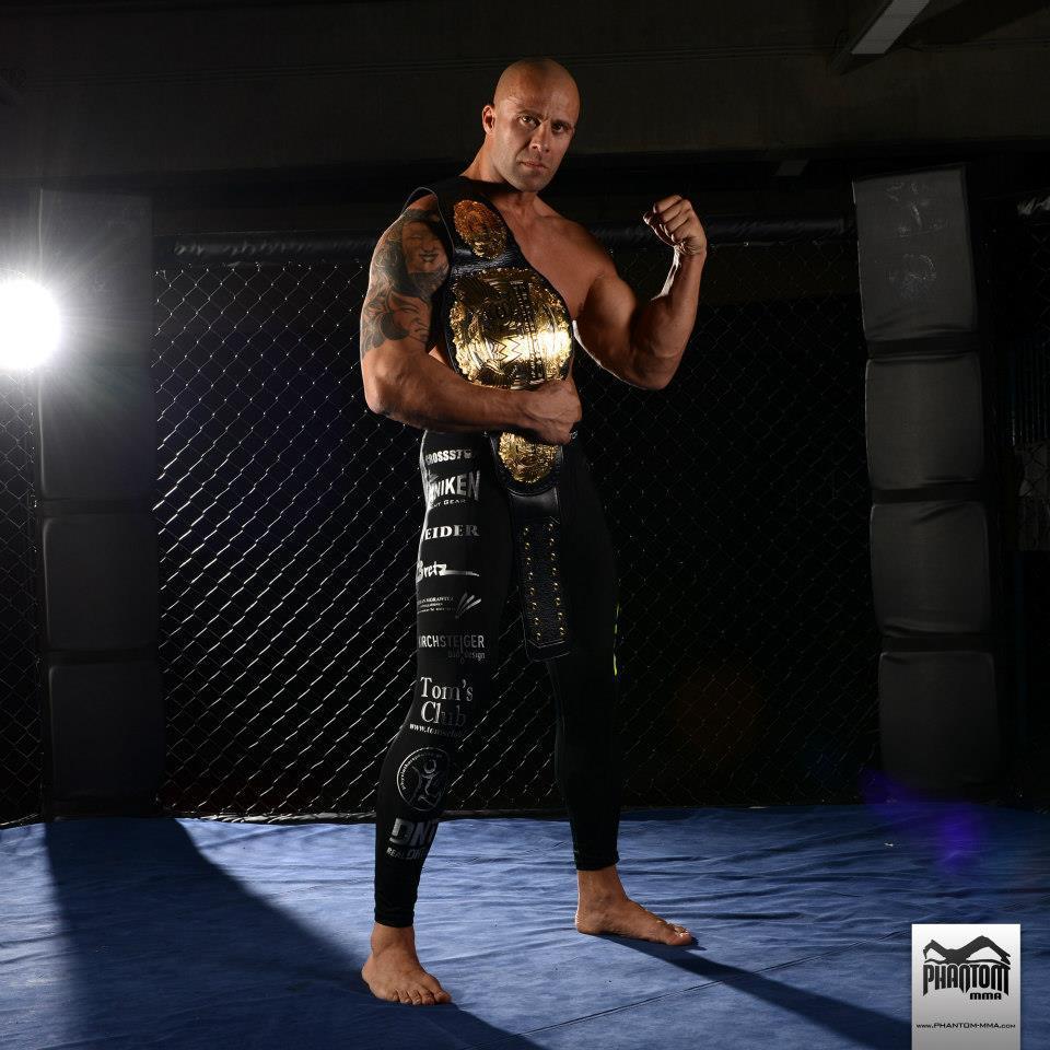 Nandor Guelmino mit dem WFC-Gold. (Foto: Phantom MMA)