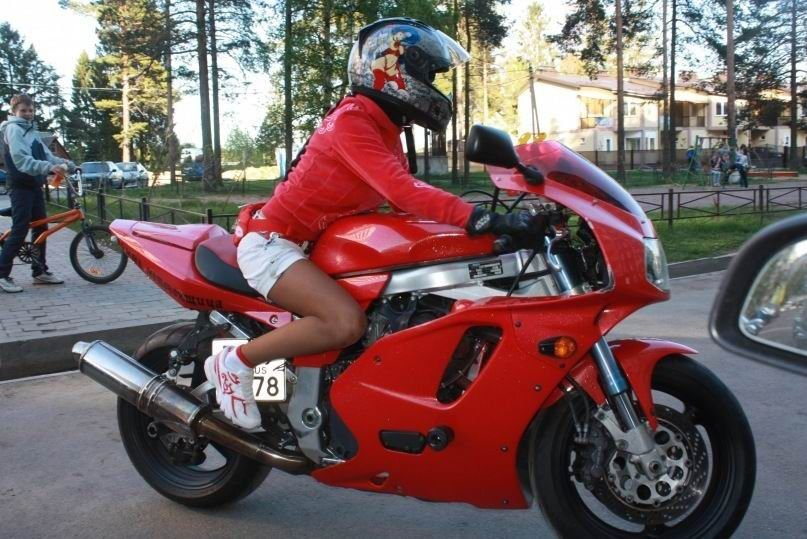 Charakterystyczna motocyklistka 9