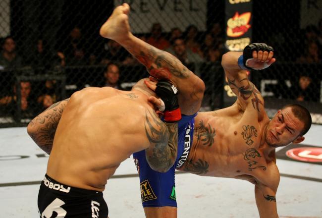 Swanson (r.) trifft mit einem Capoeira-Kick, während er sich auf seinem linken Arm abstützt. (Foto: Nick Laham/Zuffa LLC)