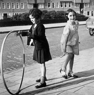 anne frank spielt mit ihrer freundin - Anne Frank Lebenslauf