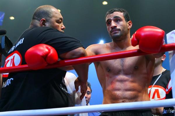 Sichtlich unzufrieden: Badr Hari mit Trainer Mike Passenier (Foto: letstalkfighting.com)