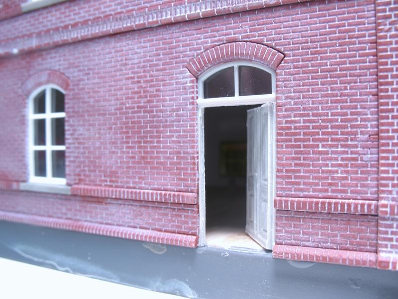 Aus Einigen überschüssigen Wand  Und Fensterteilen Wurde Der Erste Anbau  Erstellt. Das Dach Bekam Einen Abdichtung Aus Teerpappe (Auhagen Platte),  ...