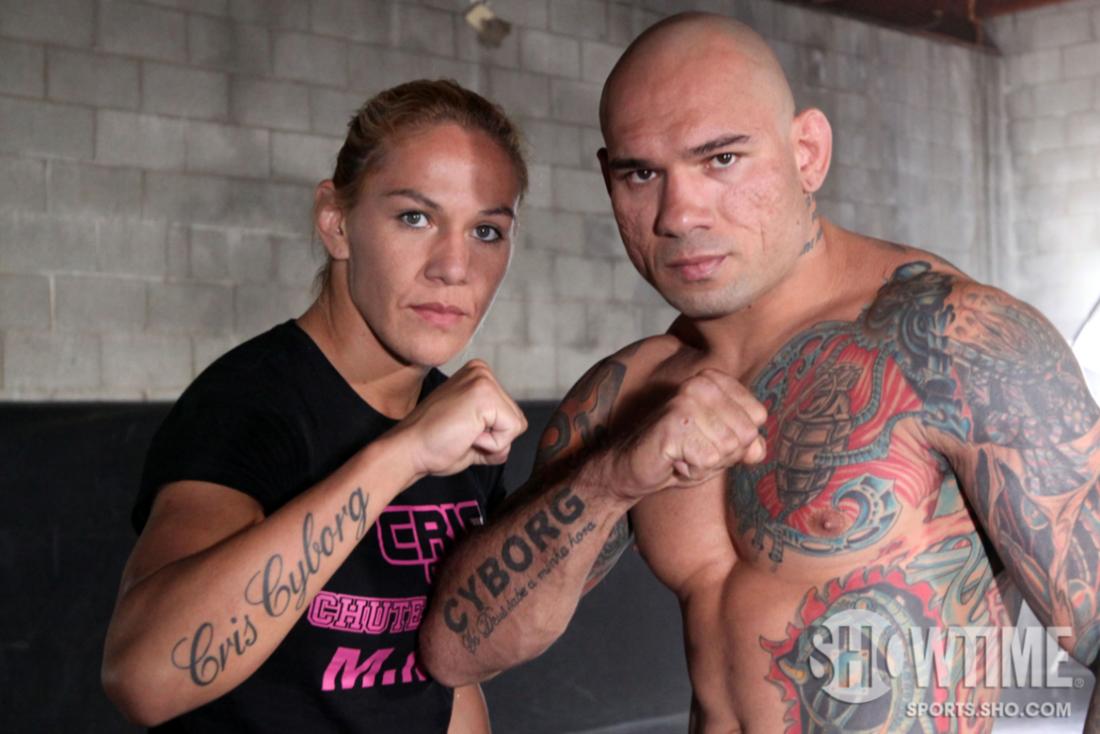 """Cris und Evangelista Santos zeigen ihr """"Cyborg"""" Tattoo. (Foto: Showtime)"""
