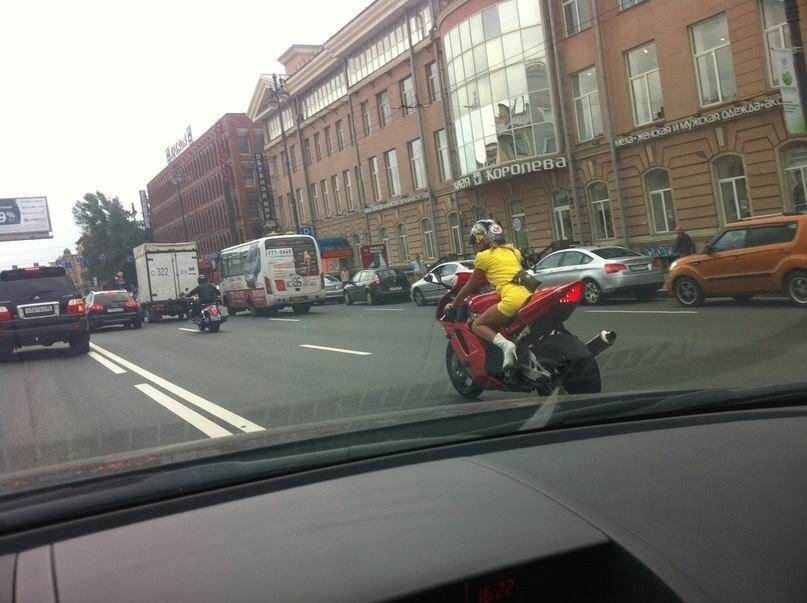 Charakterystyczna motocyklistka 7