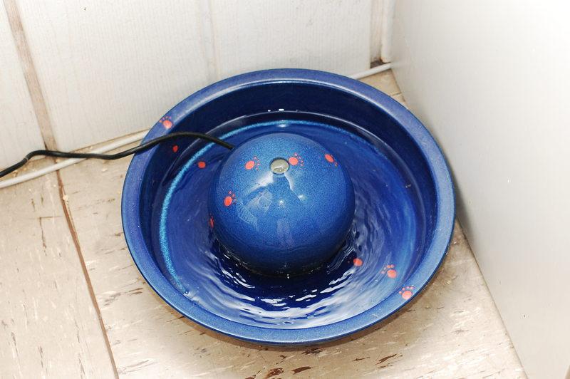 katzen forum erfahrungsberichte zum keramik im hof trinkbrunnen. Black Bedroom Furniture Sets. Home Design Ideas