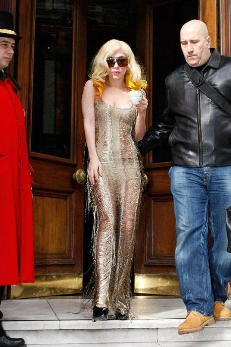Lady Gaga i jej dziwne stroje 15