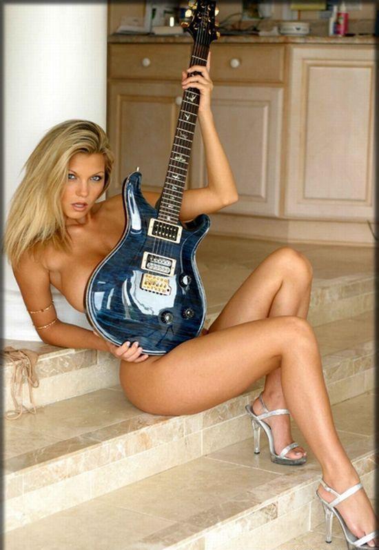 Dziewczyny z instrumentami muzycznymi 29