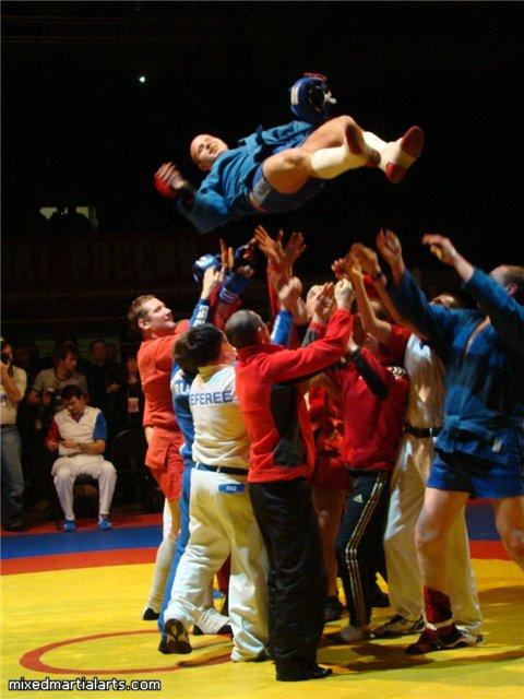 Fedor (in der Luft) wird gefeiert (Foto: MixedMartialArts.com)