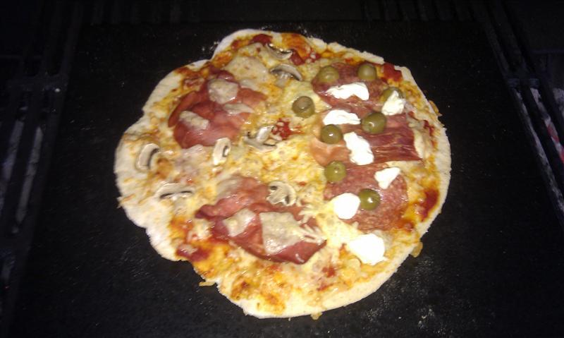 lecker pizza das forum zum grillen barbecue und dutch oven cooking. Black Bedroom Furniture Sets. Home Design Ideas