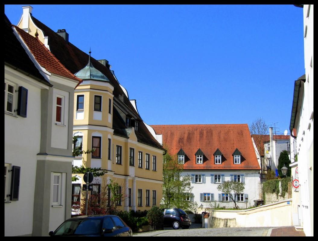 ...das Gelbe Wohnhaus (um 1600 Mit Fassade Wohl Vom Ende Des 17. Jh.) Mit  Zweigeschossigem Satteldach, Geschweiftem Giebel Und.