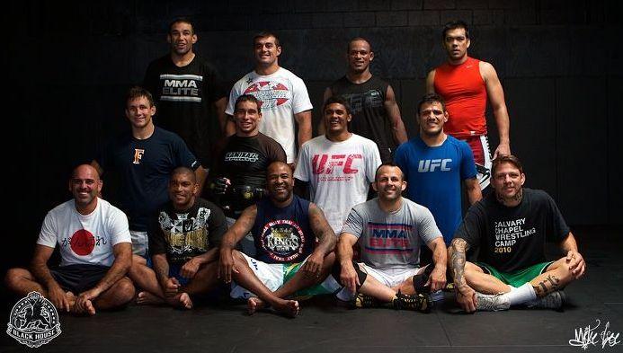 "Rocha (weißes Shirt, mitte) mit Fabricio Werdum (o. l.) Lyoto Machida (o. r.), Renato ""Babalu"" Sobral (u.r.), Rafael Cordeiro (unten 3.v.l.) uvm. (Foto: Rocha FB/Black House MMA)"