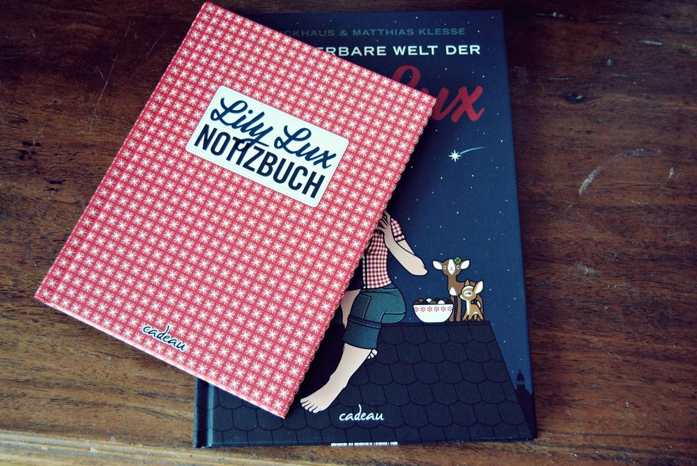 Foto vom Lily Lux Notizbuch und dem Buch Die wunderbare Welt der Lily Lux bei Mrs. Dinosaur