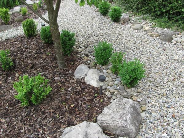 vorgarten mit kies und rindenmulch – controng, Garten und Bauen