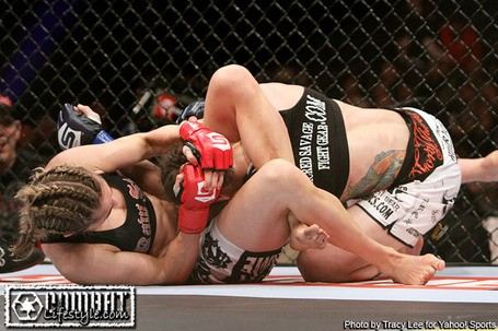 Marloes Coenen besiegt Liz Carmouche im Triangle Choke (Foto via Tracy Lee for Yahoo! Sports)