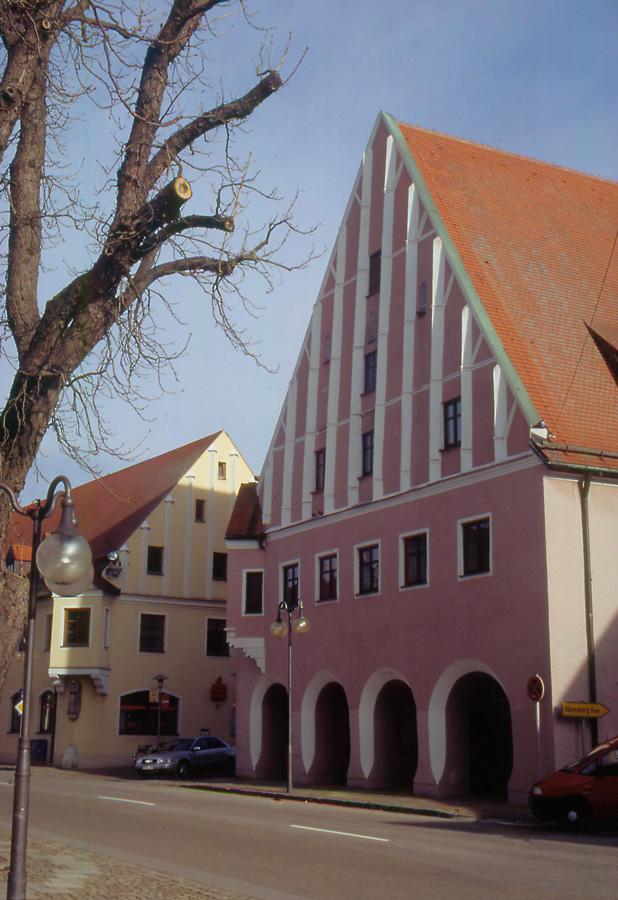 Links Am Eck Der Ehemalige Gasthof Post, Heute Sparkasse  (Herzog Ludwig Straße 22), Heutiger Bau Nach 1945 Neu Errichtet Und  Angelehnt An Den Vorgänger
