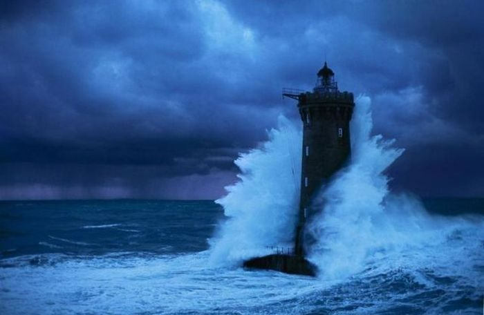 Latarnia morska podczas sztormu 2