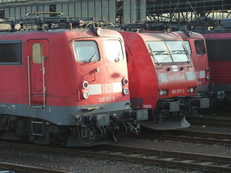 Verkehrsrote Railion Loks  P1050185a6fxy