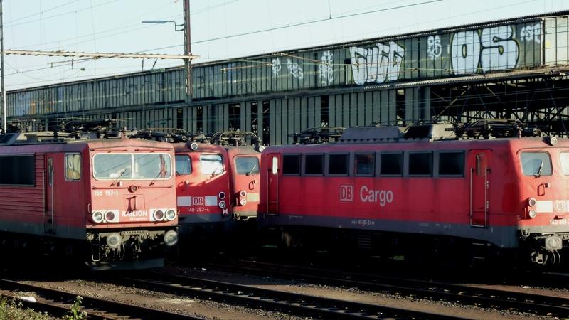 Verkehrsrote Railion Loks  P1050198o3uvq