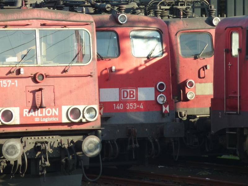 Verkehrsrote Railion Loks  P1050199r3ubw