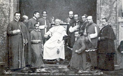 Papst Pius und warme Brüder mit Hand in der Jacke