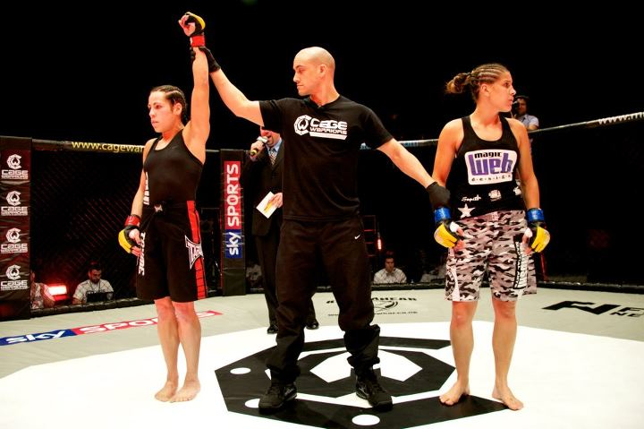 Sheila Gaff hebt den Arm zum Sieg. (Foto: Dolly Clew/Cage Warriors)