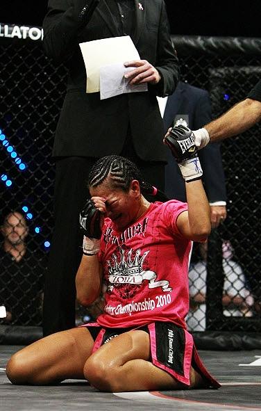 Tränen des Glücks beim Titelerfolg gegen Fujii (Foto via coolmmaphotos.com)